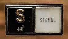 """دکمه """"S"""" سیگنال، در آسانسورهای ایالات متحده در سال 1991-2012 یافت می شود."""